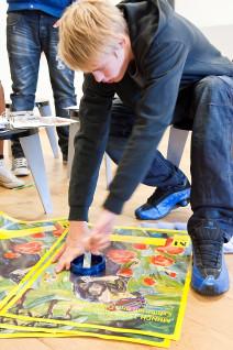 Eirik Hidle fra Ungdomsgruppa, Ellingsrudåsen Frivilligsentral er i full gang med å lage egne buttons.Foto: Nasjonalmuseet